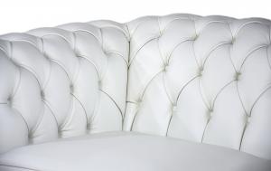 PEARLIE - Poltrona Chesterfield bianca in pelle con base e piedini in legno rivestiti