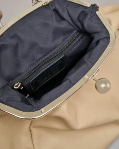 Maxi clutch in vera pelle color marmo con chiusura sfere in metallo e tracolla a catena removibile