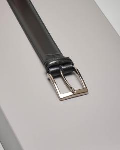 Cintura nera in pelle lucida con impunture a vista