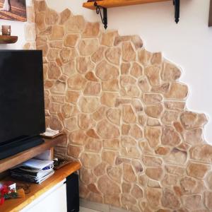 Unbehandelte moderne Steinplatte Trani