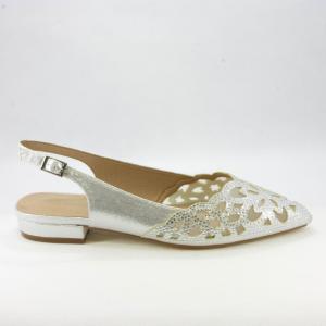 Scarpe basse argento con dettagli cristallo e cinghietta regolabile.
