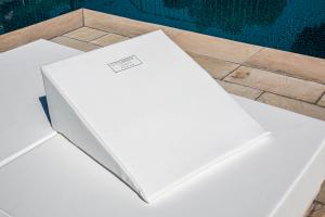 KIT da Esterno con materasso in Ecopelle con cuscino abbinato Elegante lettino in legno |  Kit Ibiza