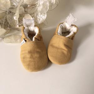 Scarpine neonato in lino biologico color giallo ocra