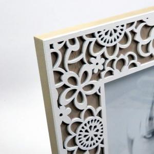Cornice in legno 13x18 fiori traforati bianchi di Mascagni