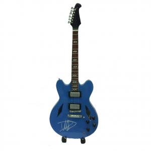 Miniatura chitarra celeste con firma in legno dipinto con base per appoggia 25,5