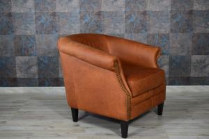 CARMEN - Poltrona vintage in pelle invecchiata color cuoio e borchie