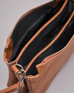 Borsa modello trio in pelle color cuoio con gancio a mano e tracolla staccabile