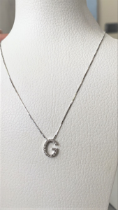 Collana oro bianco con iniziale diamanti