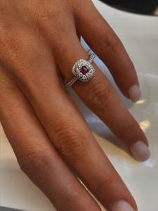 Anello montatura oro bianco con rubino e diamanti