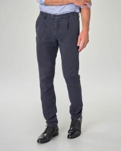 Pantalone chino blu in misto lyocell cotone e lino con una pinces