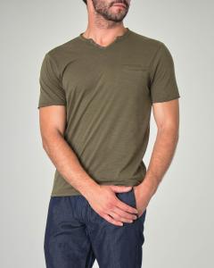 T-shirt verde militare serafino in cotone fiammato con taschino a filo