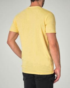 T-shirt gialla in cotone fiammato con taschino