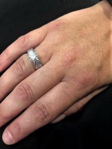 Anello lavorato a mano con diamanti.
