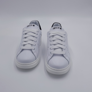 Sneaker bianca con retro nero borchiato Aniye By