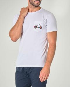 T-shirt bianca mezza manica con taschino e Vespa multicolor stampata