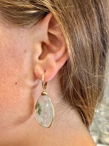 Orecchini pendenti in argento 925 dorato con prehnite verde.