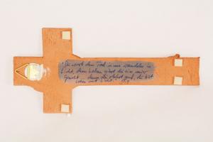 Croce terracotta con smalti dorati cm 23x10,5