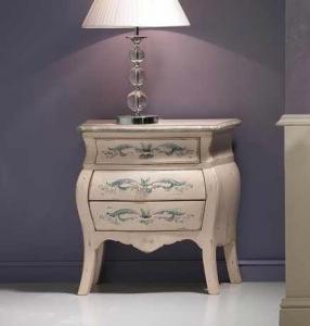 Klassischer Nachttisch mit Dekor