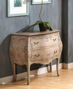 Commode bombée ivoire vieilli décorée