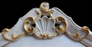 Vitrine sculptée avec décoration à la feuille