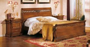 Klassisches Bett mit Intarsie