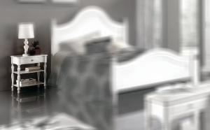 Table de chevet avec pieds tournés