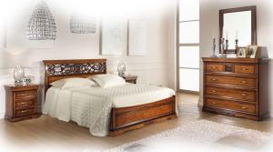 Doppelbett mit Schnitzarbeit aus Holz