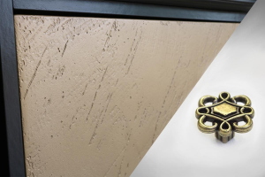Kleinmöbel 4 Schubladen bronzen Verzierung Riace