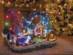 Parco girevole natalizio con giostre cavallucci pattinatori