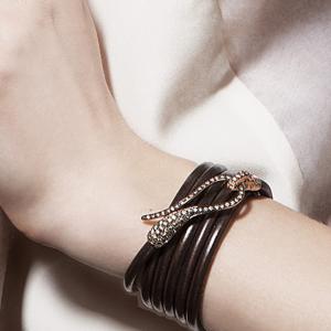 Bracciale in pelle con chiusura in oro nero e diamanti neri