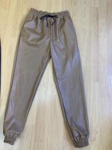 Pantalone in ecopelle con elastico in vita