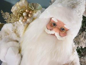 Babbo Natale alto 80 cm in abito bianco dettagli dorati e orsetto
