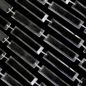 Catena di losanghe 61 mm in cristallo acrilico colore puro, clip nickel, lunghezza circa 55 cm.