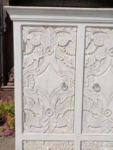 Credenza in legno di palissandro decapato white