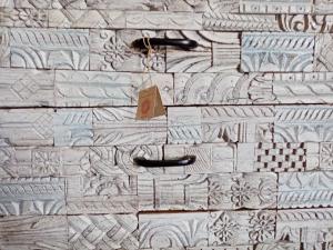 Cassettiera white wash in legno di palissandro con timbrini frontali