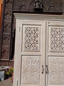 Armadio in legno di palissandro indiano intagliato white
