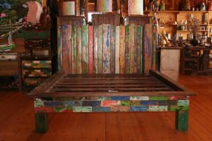 Letto matrimoniale in legno di teak recuperato da vecchie imbarcazioni indonesiane