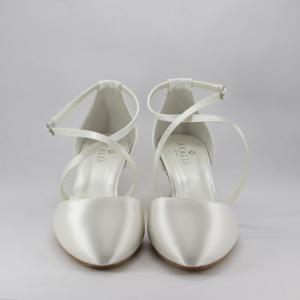 Scarpa sposa in tessuto di raso avorio con cinghietta incrociata regolabile alla caviglia.