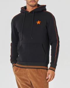Felpa nera con cappuccio e piping arancio in contrasto