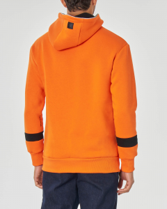 Felpa arancione con cappuccio tasche a marsupio e logo nero in spugna