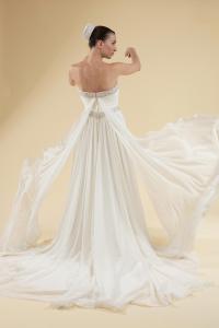 Abito sposa scivolato con drappeggio sul corpetto e doppia fascia di cristalli