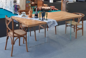 Tavolo con top in legno di teak con gamba in vetro