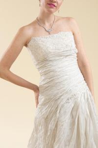 Abito sposa ampio a décolleté grigio perla.