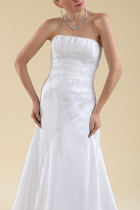 Abito sposa bianco drappeggiato con scollatura a décolletté.