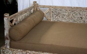 Day bed in legno di teak indonesiano con intagli floreali white wash