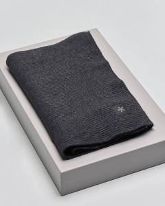 Sciarpa nera in pura lana merinos con patch porta logo a lato