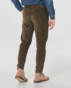 Pantalone chino marrone in velluto costa roccia di cotone stretch