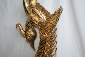 Garuda dorato intagliato in legno thailandese