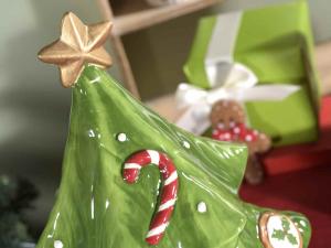 Barattolo ad albero di Natale in ceramica colorata