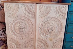 Mobiletto 2 ante intagli fiori in legno di palissandro
